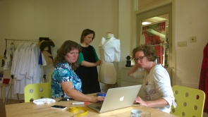 Saskia, Annemiek Obbink, Beata van Red Point Tailor en Jolanda Lootens-Berg working on the projects
